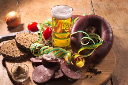 Foto: Flönz mit Kölsch, Brot und Luftschlangen
